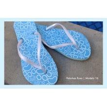 Chinelo com desenho de patinhas azuis